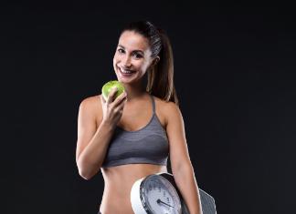 Mulher comendo fruta