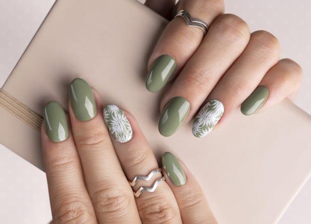 Mulher com anel em um dos dedos