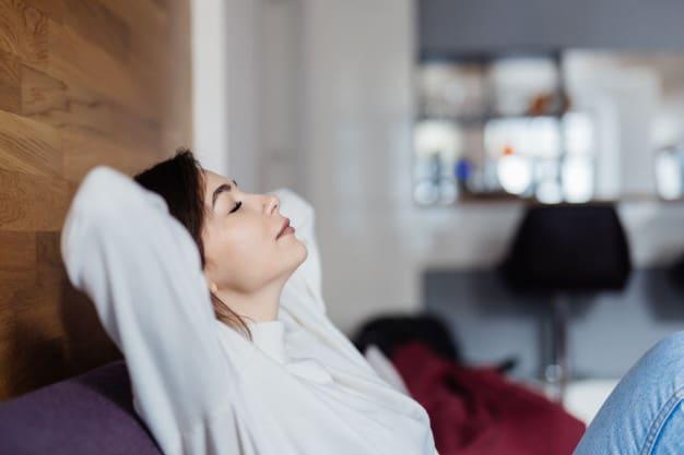 Mulher descansando no sofá