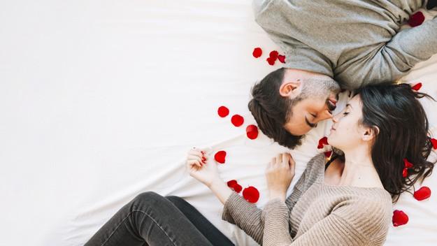 Casal em pose romântica
