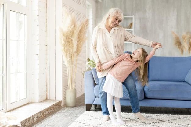 Criança passando um tempo com a avó