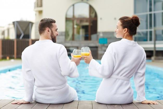 Casal relaxando em resort