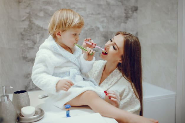mãe e filho escovando os dentes