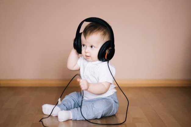 Recem nascido ouvindo música
