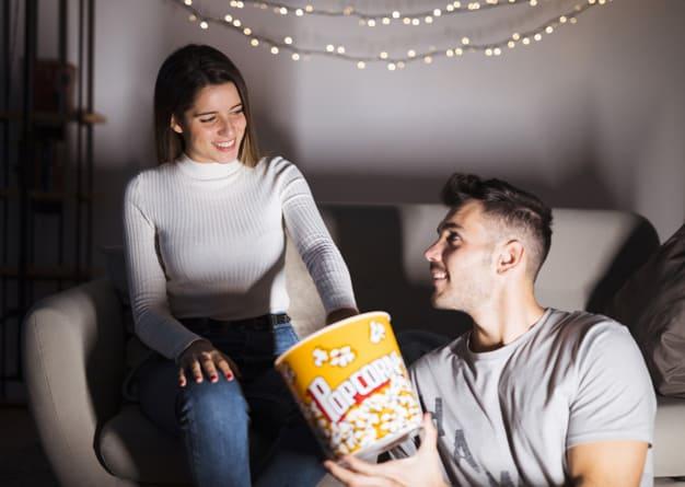 Casal se preparando para assistir filme