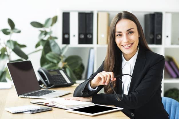 Mulher sentando em seu escritório