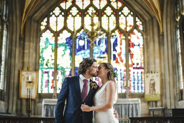 Noivos se beijando no alta