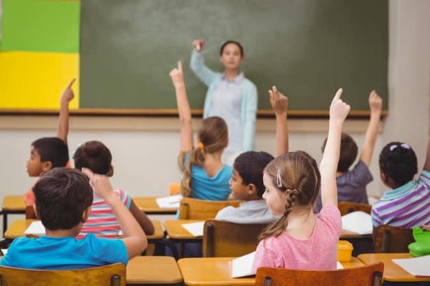 Professor fazendo pergunta aos alunos