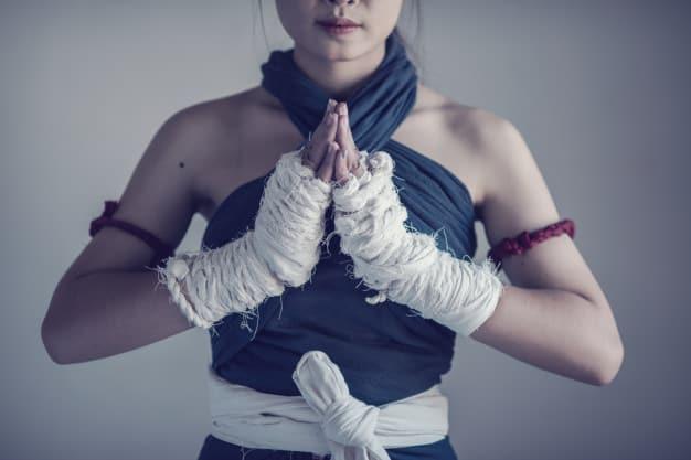 Mulher com faixas brancas nas mãos