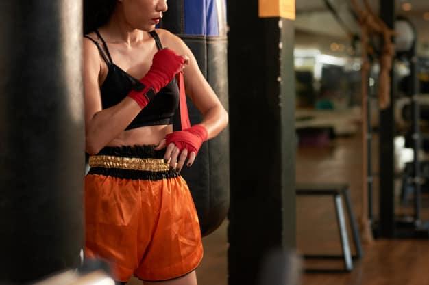 Mulher se preparando para treinar