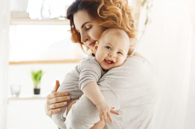 Mulher segurando filho recém nascido