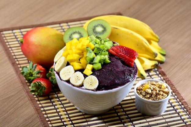 Tigela com açaí e frutas