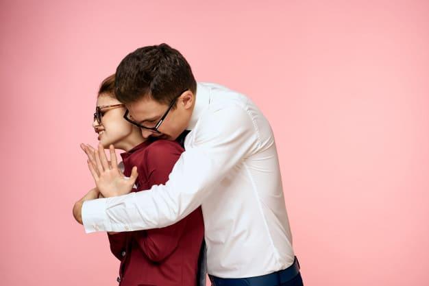 Homem abraçando mulher por trás