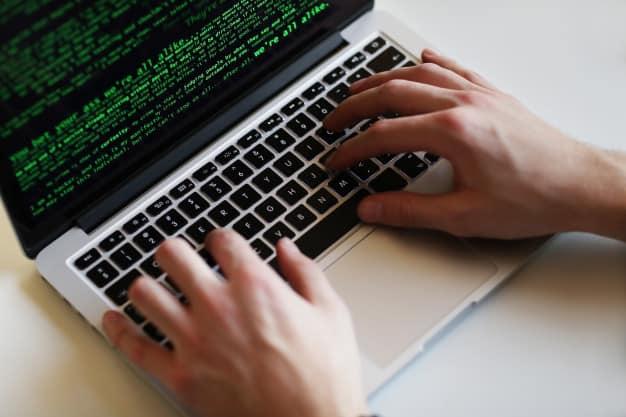 Pessoa usando computador