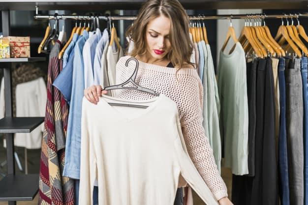 mulher comprando roupa