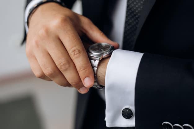 Homem olhando relógio