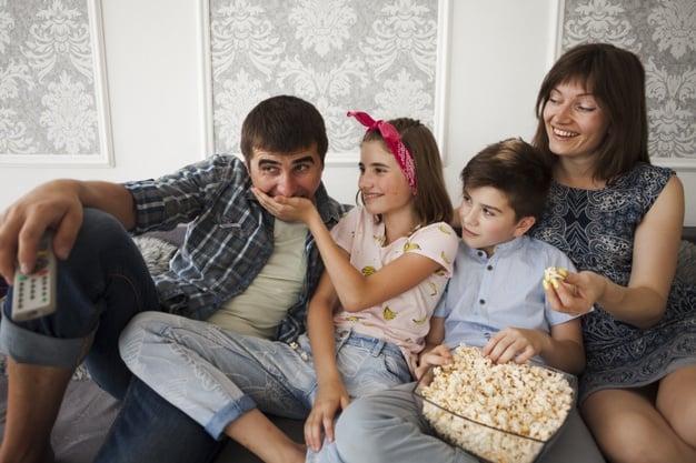 Família alegre no sofá