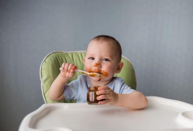Bebê comendo com uma colher
