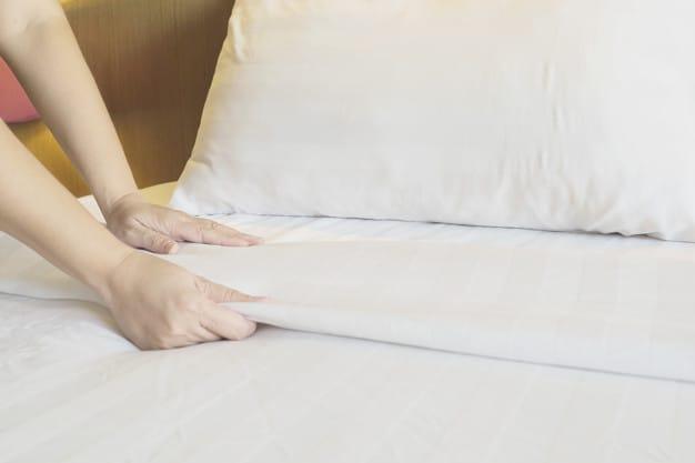 Mulher arrumandoa a cama