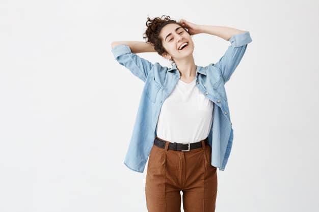 camisa jeans com calça marrom