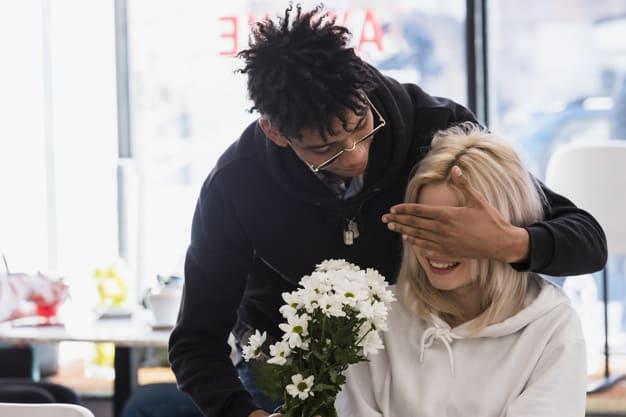 Namorada sendo surpreendida com flores