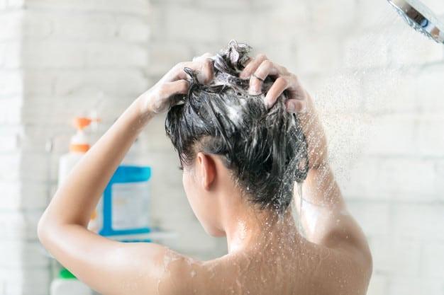 Lavar o cabelo todo dia estraga os fios?