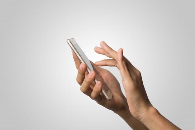 Pessoa mexendo no celular