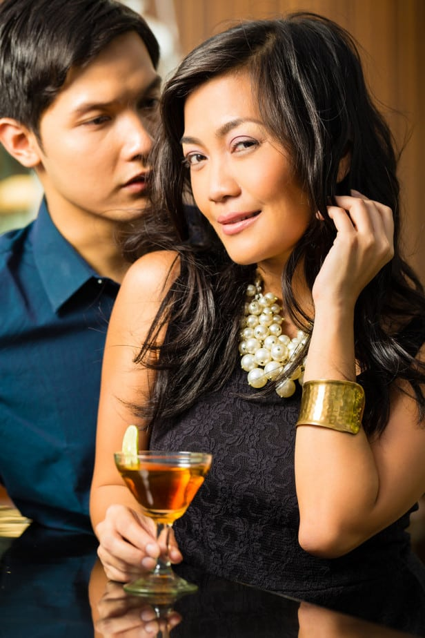 Homem e mulher em um bar