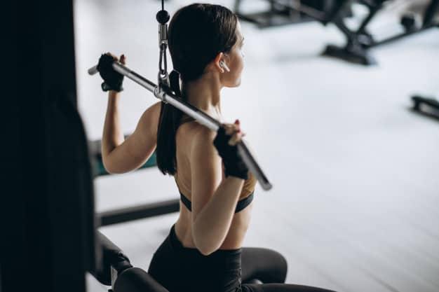 Jovem mulher exercitando