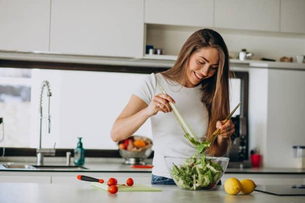 Mulher preparando salada