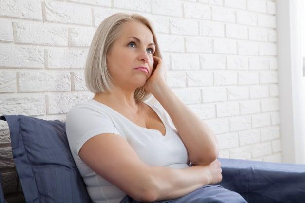 Mulher triste na menopausa
