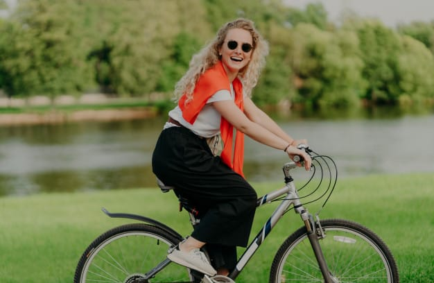 Mulher pedalando