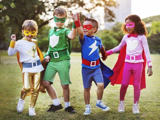 Crianças vestidas de super-heróis