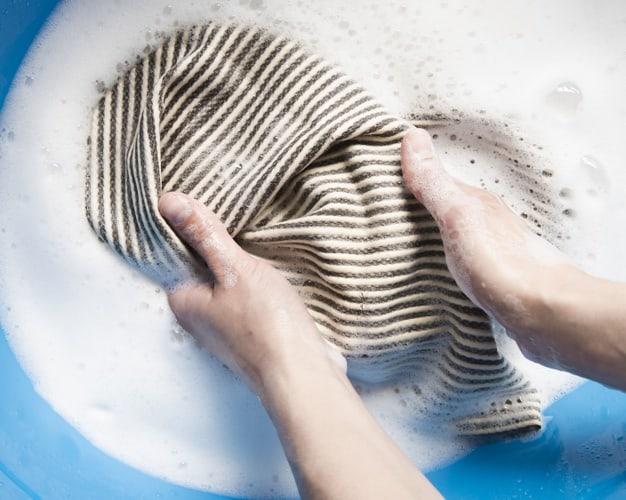 lavar roupa à mão