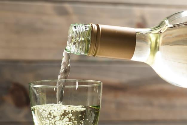 https://br.freepik.com/fotos-gratis/close-up-branco-vinho-derramado-em-um-copo_5151284.htm#page=5&query=vinho+branco&position=16