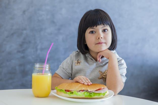 criança com suco