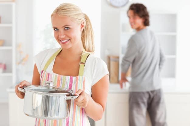 casal lavando a louça