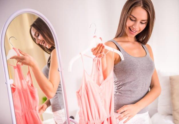 mulher escolhendo roupa