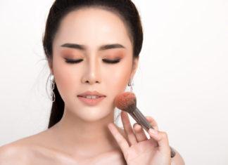 mulher sendo maquiada