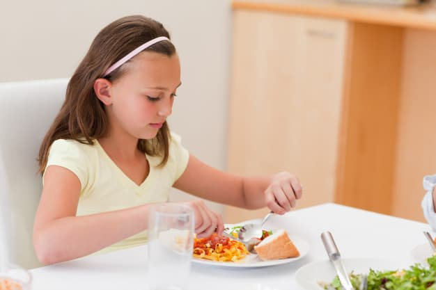 criança jantando