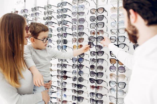 escolhendo óculos
