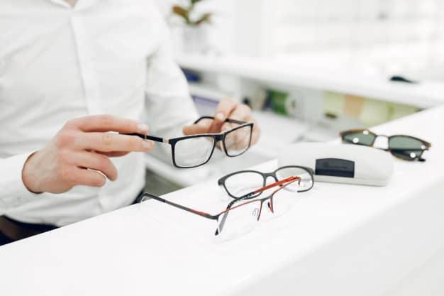 escolhendo os óculos