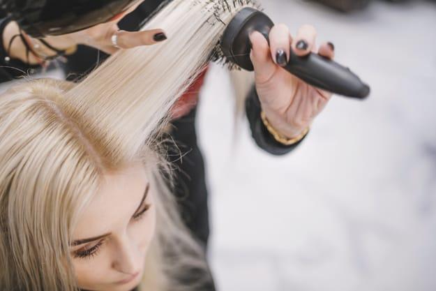 escovando os cabelos
