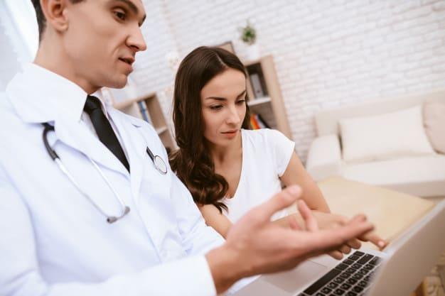 mulher conversa com médico