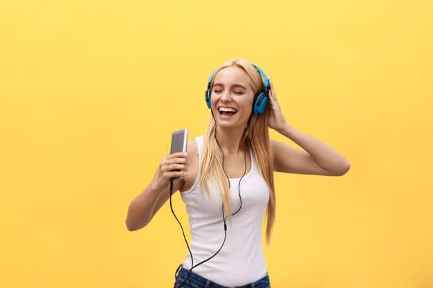 mulher ouvindo musica