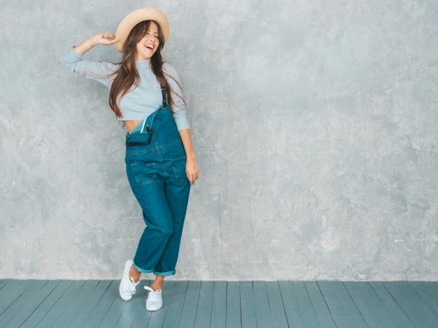 macacão jeans com chapéu
