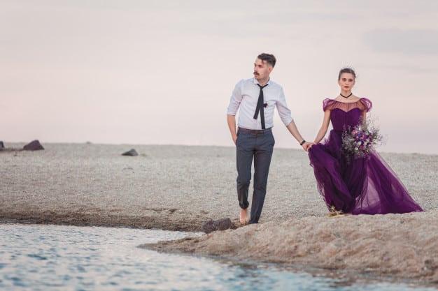 Noiva com vestido roxo