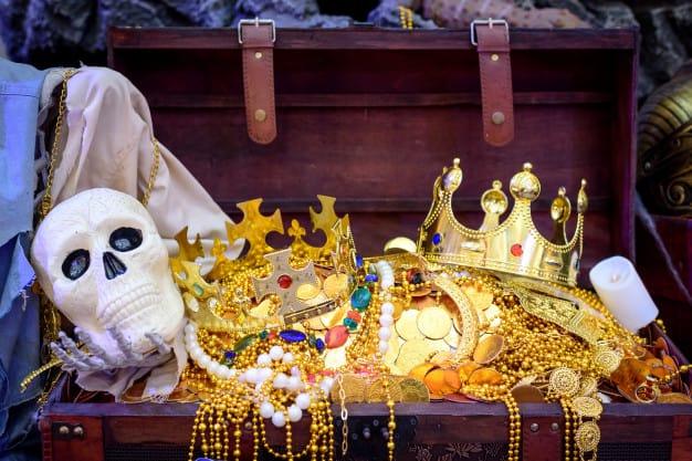 bau-de-tesouro-de-pirata-joias-de-ouro-cheio-com-caveira-de-pirata_45264-39