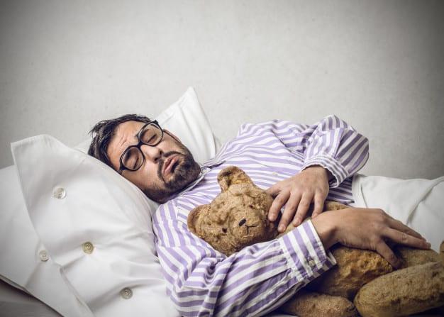 dormindo-com-um-ursinho-de-pelucia_102671-6040