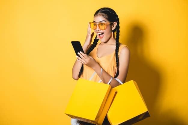 Menina de trança no celular